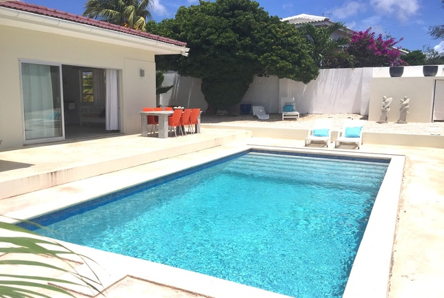 Preview a b overview pool to enterence house day villa breeze curacao