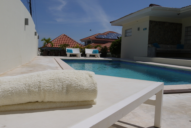 Preview a overview pool from beach chair villa breeze curacao