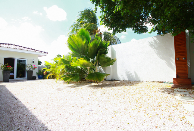 Preview e garden right side view on the apartment villa breeze curacao